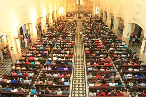 Interior da Catedral de Nova Iguaçu - Momento de uma Missa Dominical
