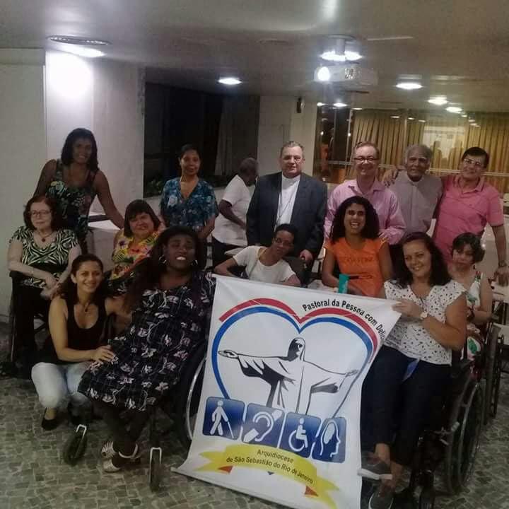 Dom Joel com os membros da Fraternidade Cristã de Pessoas com Deficiência e Voluntários - FCD.