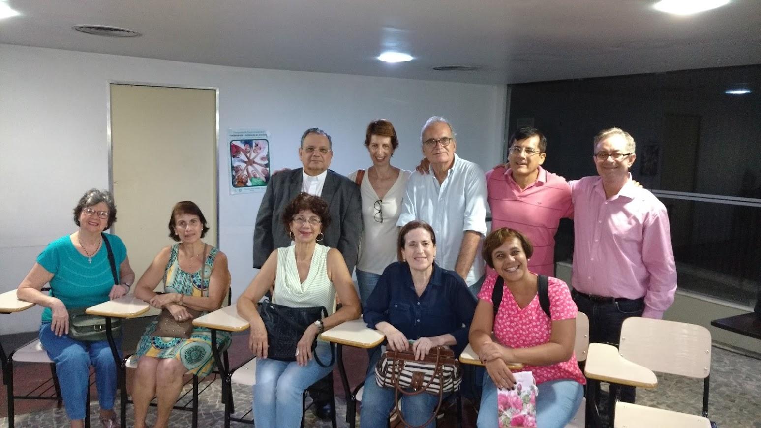 Dom Joel com membros da Pastoral do Surdo, intérprete e com o Coordenador Arquidiocesano da Pasped.