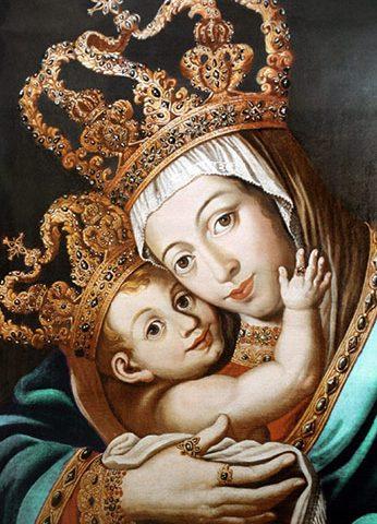 Imagem de Nossa Senhora da Penha com o menino Jesus no colo. Ambos estão coroados com lindas coroas dourada. A mão do menino Jesus toca no rosto de Nossa Senhora