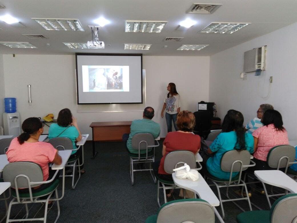 Janise apresenta conteúdos litúrgicos para a formação da liderança surda.