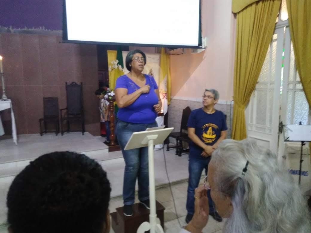 Intérprete Graça da Comunidade da Penha ao lado do Rodrigo  (surdo) da Comunidade de Nossa Senhora de Fátima (Jacarepaguá)