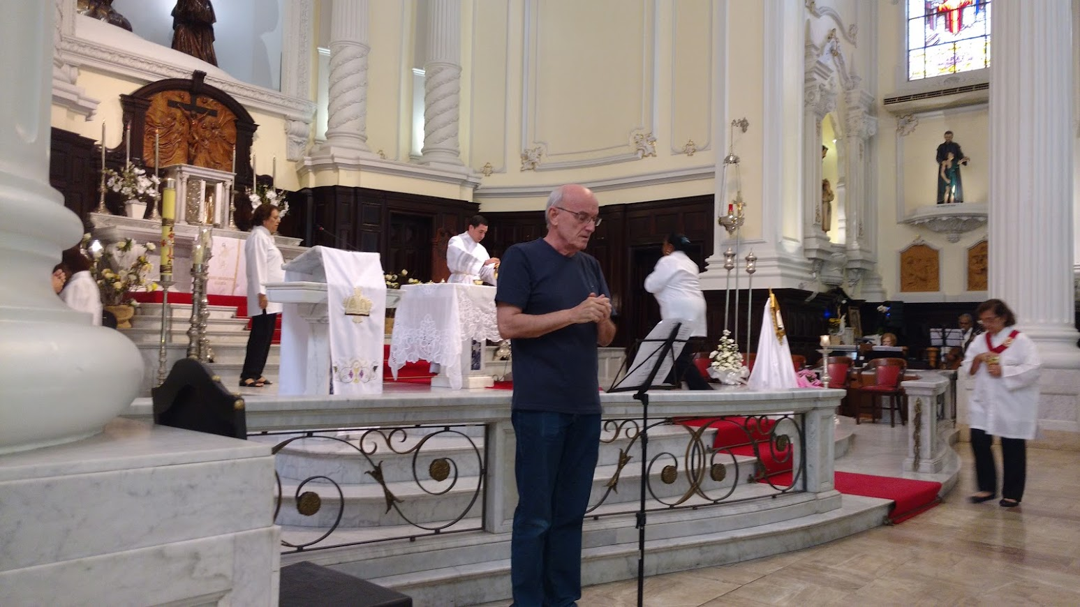 O professor José Maria, intérprete da Comunidade de Copacabana atuando na Igreja da Lagoa.
