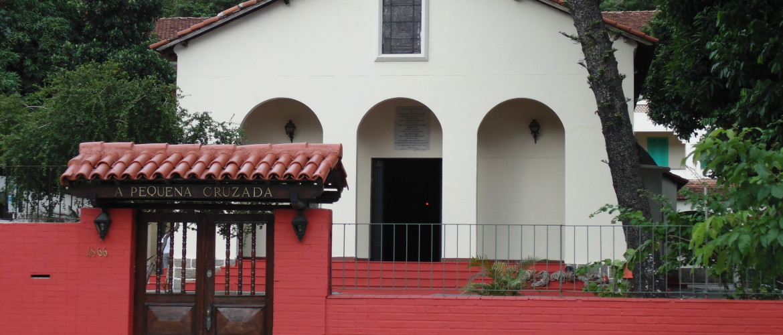 Fachada da entrada da Capela Santa Teresinha do Menino de Jesus, na Lagoa (Pequena Cruzada).